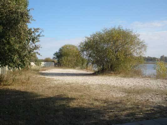 0 маленькая база, на территории 11 домиков, костры можно разжигать за заборчиком, возле старого русла десны , если будут мангалы, можно и территории, пляж 5-7мин ходьбы
